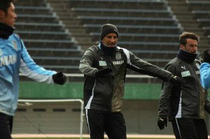 選手に指導するシャムスカ監督